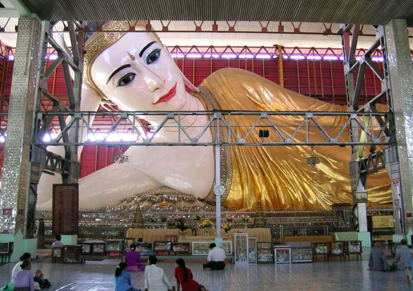 Body and head of the Chauktatgyi reclining Buddha.