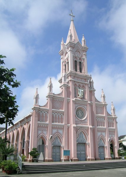 The pink-and-white front of Danang Cathedral