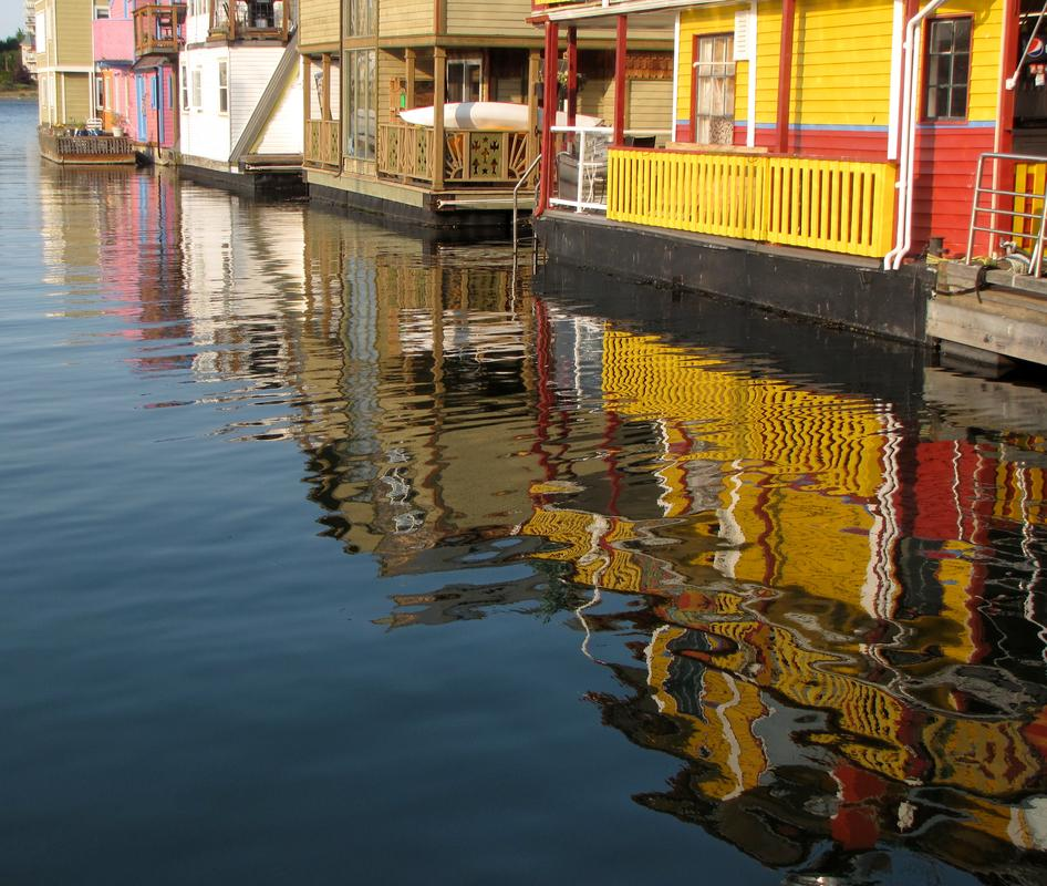 Float homes and their reflections in the water at Fisherman's Wharf.